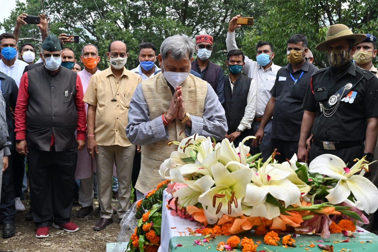 शहीद के गांव जा कर मुख्यमंत्री तीरथ ने दी श्रद्धांजलि