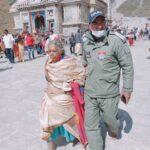वृद्ध महिला को मृत समझकर केदारनाथ मंदिर के बाहर छोड़ा